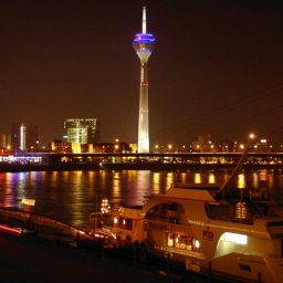 Duesseldorf_riverside_by_night_01